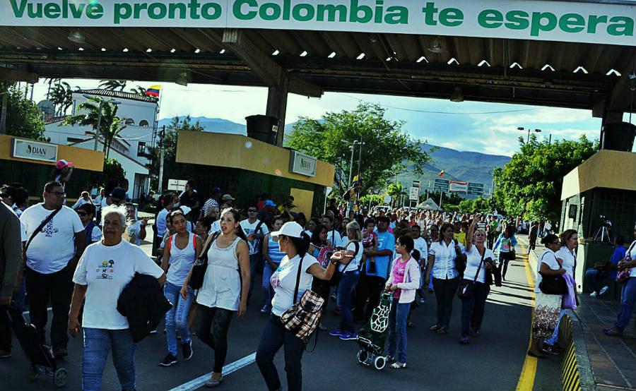 Cruzando caminando el puente Simón Bolívar